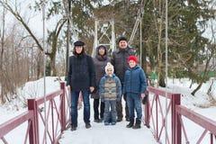 Familjen går i vinter parkerar arkivfoto