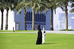 Familjen går nära museet av islamisk konstMIA med hans funktionsläge arkivfoton