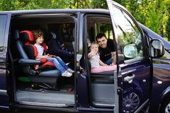 Familjen går på en tur med minivan royaltyfria bilder