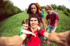 Familjen går på en vandring royaltyfri bild