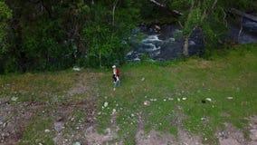 _ familjen går tillsammans med en ström i bergen Sportmamma med barn som är förlovade, i att fotvandra Altai Siberia lager videofilmer
