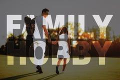 Familjen går vid kurs bär golfutrustning fotografering för bildbyråer
