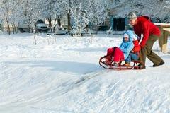 familjen går vinter Arkivfoto