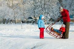 familjen går vinter Royaltyfri Bild