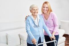 Familjen gör hem- omsorg med pensionären arkivbilder