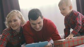 Familjen gör jul online-beställningar lager videofilmer