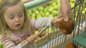 Familjen gör köp i supermarket lager videofilmer