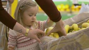 Familjen gör köp i supermarket arkivfilmer