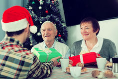 Familjen ger julgåvor Royaltyfria Foton