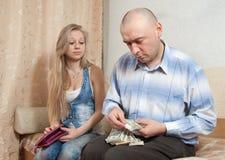 Familjen grälar över pengar Arkivbild