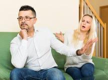 Familjen grälar hemma Arkivfoto