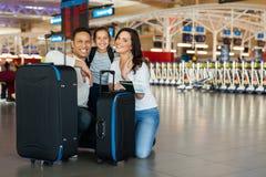 Familjen hänger löst flygplatsen Royaltyfri Foto