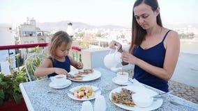 Familjen har en frukost tillsammans p? terrass med h?rlig bergsikt stock video