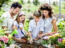 Familjen har gyckel i arbetet av att arbeta i trädgården Fotografering för Bildbyråer