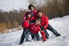 Familjen har gyckel i snön Royaltyfria Foton