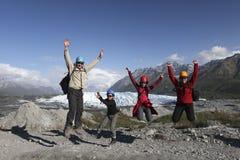 Familjen har gyckel på glaciären Royaltyfri Fotografi