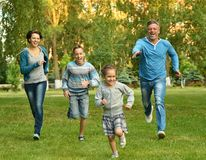 Familjen i den gröna sommaren parkerar Royaltyfri Fotografi