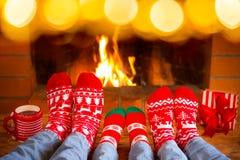 Familjen i julsockor near spisen fotografering för bildbyråer