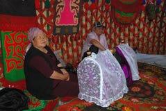 Familjen i tältet nära barnens vagga Fotografering för Bildbyråer