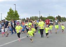 Familjen konkurrerar i en ungdomkörning Royaltyfri Foto