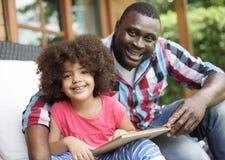 Familjen kopplar av gladlynt begrepp för lyckaferie arkivfoton