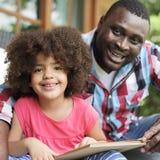Familjen kopplar av gladlynt begrepp för lyckaferie royaltyfria bilder