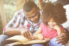 Familjen kopplar av gladlynt begrepp för lyckaferie arkivbilder