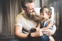Familjen kopplar av gladlynt begrepp för lyckaferie royaltyfri foto