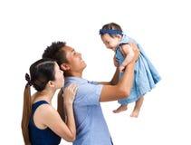 Familjen lyfter behandla som ett barn upp dottern Royaltyfri Bild