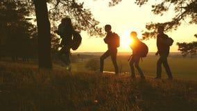 Familjen med barn reser med ryggsäckar på solnedgången Mamma, farsa och döttrar på en vandring Teamwork Fotvandrareflicka Fritt v stock video