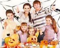 Familjen med barninnehav gör sniden pumpa Fotografering för Bildbyråer