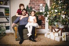 Familjen med den ryska mamman, den turkiska farsan och deras dotter är i ett rum som dekoreras för jul och nytt år Arkivbilder