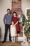 Familjen med den ryska mamman, den turkiska farsan och deras dotter är i ett rum som dekoreras för jul och nytt år Royaltyfri Fotografi