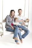 Familjen med ett litet barn är på en gunga Royaltyfria Foton
