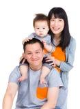Familjen med fadern som på ryggen ger sig med, behandla som ett barn sonen Royaltyfria Bilder