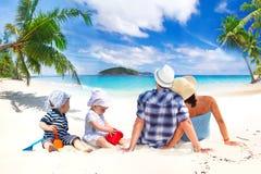 Familjen med kopplar samman på solferier Royaltyfria Bilder
