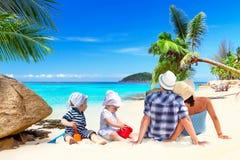 Familjen med kopplar samman på solferier Arkivfoto