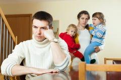 Familjen med två barn som har, grälar hemma Arkivbilder
