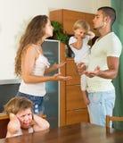 Familjen med ungar som har, grälar Arkivbild