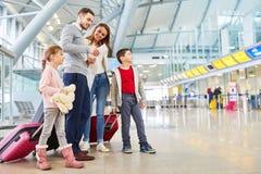 Familjen och barn flyger tillsammans på semester royaltyfria bilder