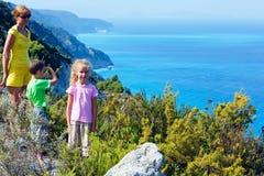 Familjen och den Lefkada ön seglar utmed kusten (Grekland) Royaltyfri Foto