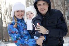Familjen och hennes lilla son övervintrar utomhus fotografering för bildbyråer