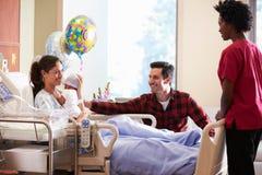 Familjen och sjuksköterskan With New Born behandla som ett barn i stolpen Natal Department royaltyfri foto