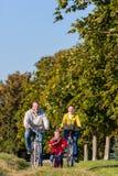 Familjen på cykeln turnerar parkerar in Royaltyfri Foto