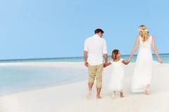Familj på härligt strandbröllop Arkivfoton
