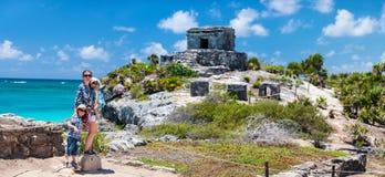 Familjen på Mayan fördärvar i Tulum royaltyfria bilder