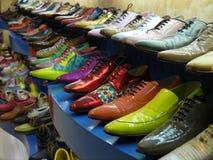 Familjen pekade färgrika skor arkivbild