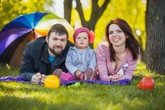 Familjen plaing i parkera Arkivfoton