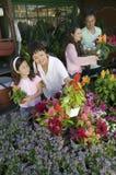 familjen planterar shopping Royaltyfri Foto