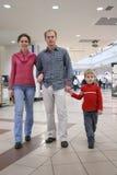 familjen shoppar Fotografering för Bildbyråer